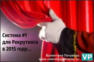 Рука в белой перчатке держит театральную кулису